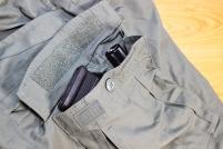 Dois bolsos de carga com fecho em velcro e botões, com organizadores internos